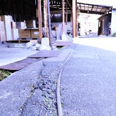 敷地内に残る運搬用トロッコのレールの写真